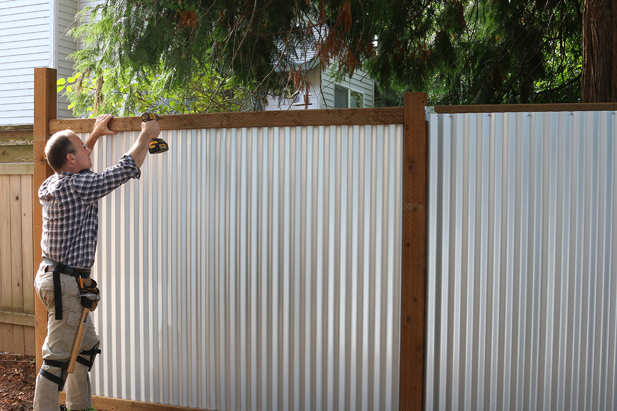 Modern fence, pt. 3: Cover the edges and you\'re done! – Build Stuff